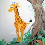 muurschildering babykamer giraffe